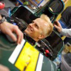 Heikki Kovalainen sentado en el nuevo Caterham de 2012