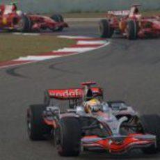 Hamilton delante de los dos Ferrari