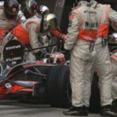 Heikki Kovalainen pasa por boxes