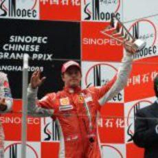 Raikkonen enseña su trofeo