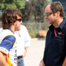 Alonso charla con Gerhard Berger