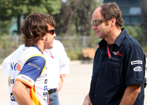 Alonso charla con Gerhard Berger