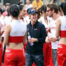 Vettel y Button entre mujeres