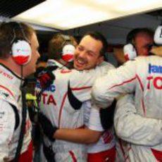 Los ingenieros de Toyota celebran la clasificación