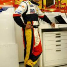 Alonso en el box de Renault