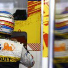 Alonso se ajusta el casco