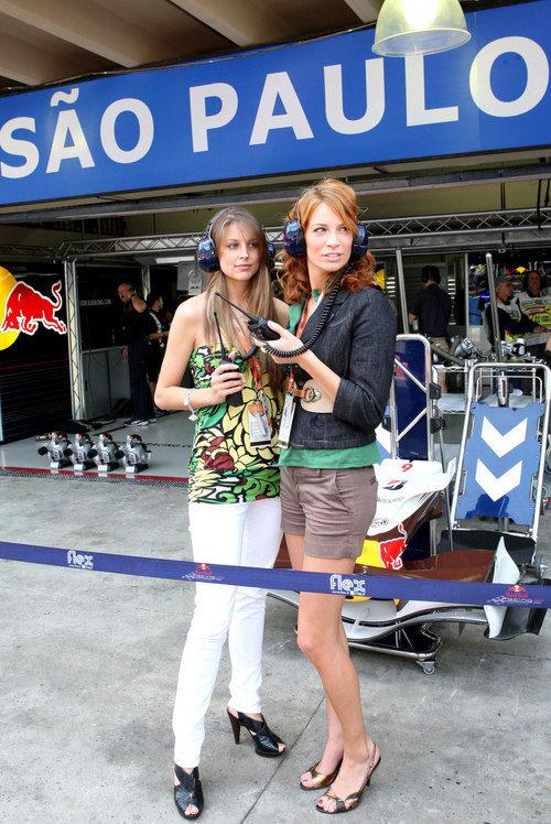 Dos chicas prueban el equipo de Red Bull