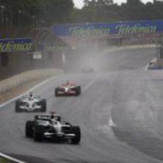 Rosberg rueda por delante de Button