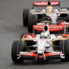 Fisichella se cuela por delante de Hamilton