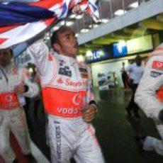 Hamilton celebra con la bandera inglesa