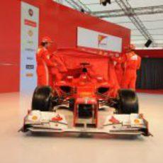 Alonso y Massa quitan la lona roja al F2012