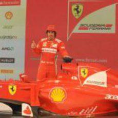 Fernando Alonso posa con el Ferrari F2012