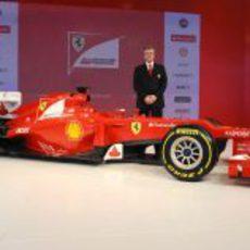 Pat Fry junto a su creación: el Ferrari F2012