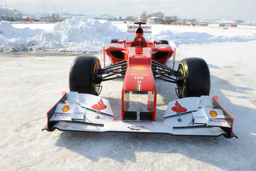 Ferrari F2012 sobre la nieve de Maranello