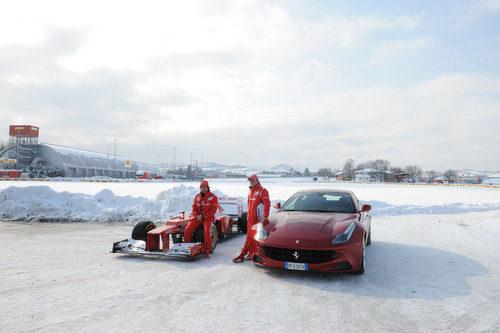 Fernando Alonso en el F2012 y Felipe Massa en el FF sobre la nieve