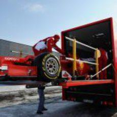 El Ferrari F2012 se sube al camión