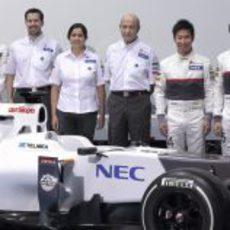 Gutiérrez, Kobayashi y Pérez junto a los jefes del equipo