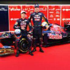 Jean-Eric Vergne y Daniel Ricciardo posan junto al STR7