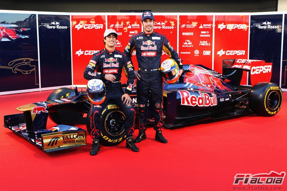 Presentación equipos F1 2012 12227_jean-eric-vergne-y-daniel-ricciardo-posan-junto-al-str7