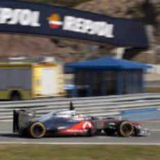 Jenson Button rueda con el MP4-27 en Jerez