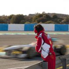 Un ingeniero de Ferrari mira pasar a un Mercedes