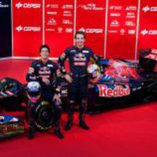 Daniel Ricciardo y Jean-Eric Vergne junto al Toro Rosso STR7