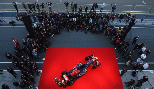 La prensa de Jerez rodea al nuevo Toro Rosso STR7