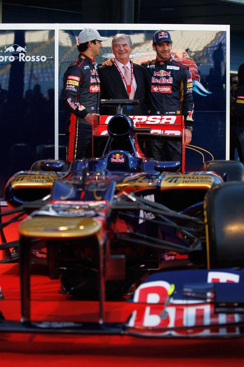 Toro Rosso STR7, los dos pilotos y Santiago Bergareche