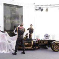 Lotus presenta su coche ante la presa de Jerez
