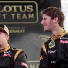 Grosjean sonriente al lado de Räikkönen