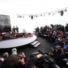 La prensa rodea al Lotus E20 y sus pilotos