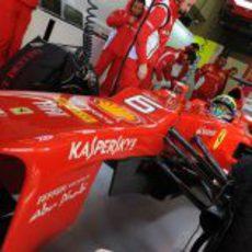 Felipe Massa con el F2012 en el box de Jerez