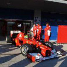 Felipe Massa sale del box con el Ferrari