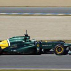 Vista lateral del Caterham de Kovalainen en Jerez