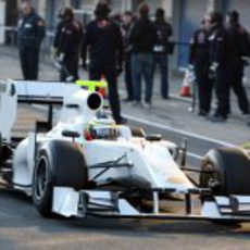 Pedro de la Rosa sale de boxes con el HRT F111
