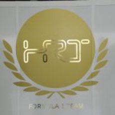 Logo dorado de HRT en Jerez