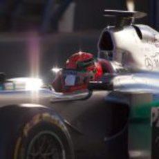 El sol reflejado en el Mercedes de Michael Schumacher