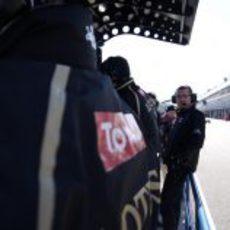 Eric Boullier en el 'pit-lane' de Jerez