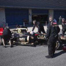 Kimi Räikkönen vuelve a boxes con el Lotus