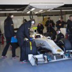 De la Rosa en el box de HRT sentado en el F111