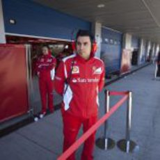 Los ingenieros de Ferrari en la puerta del box