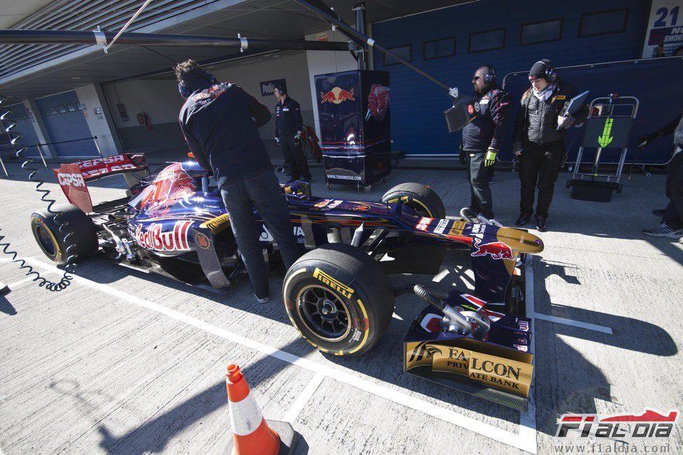 Ricciardo parado en el 'pit-lane' de Jerez
