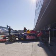 Mark Webber sale de boxes en Jerez