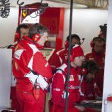 Rob Smedley y los ingenieros de Ferrari trabajan en Jerez