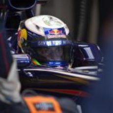 Daniel Ricciardo sentado en el Toro Rosso en Jerez