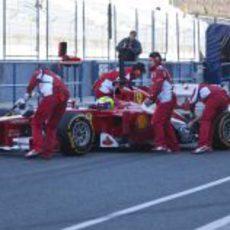 Felipe Massa vuelve a boxes con su Ferrari