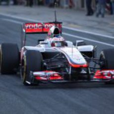Jenson Button sale a pista con el McLaren MP4-27
