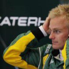 Heikki Kovalainen en su box de Caterham en Jerez