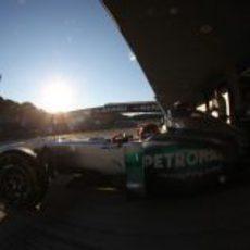 Schumacher sale del box con los rayos de sol