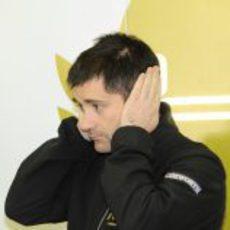 Toni Cuquerella en el box de HRT en Jerez
